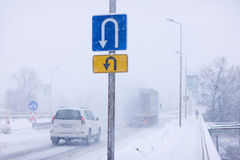 De omkering van verkeersteken in de winter Stock Afbeeldingen