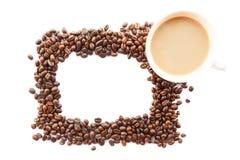 De omlijsting werd gecreeerd door koffiebonen en kop Royalty-vrije Stock Afbeeldingen