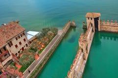 De omringende muur van het Scaligerkasteel op Meer Garda. Stock Afbeeldingen