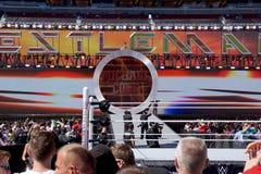 De omroeper Michael Cole maakt ingang in Wrestlemania 31 stock foto
