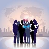 De Omslag van het de Greepdocument van bedrijfsmensenteam crowd silhouette businesspeople group over Wereldkaart Royalty-vrije Stock Afbeeldingen