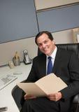 De omslag van het de holdingsdossier van de zakenman bij bureau in cel Royalty-vrije Stock Foto's