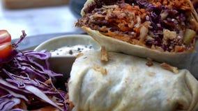 De omslag van de veganisttortilla, burritobroodje met geroosterd vegetabes Levensstijlen van gezondheid en duurzaamheid stock video