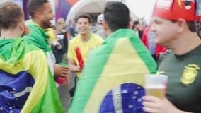 De omslag zelf met de ventilators van vlaggenbrazilië begroet emotioneel elkaar stock video