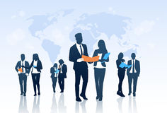 De Omslagen van het de Greepdocument van bedrijfsmensenteam crowd silhouette businesspeople group over Wereldkaart Royalty-vrije Stock Afbeelding