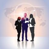 De Omslagen van het de Greepdocument van bedrijfsmensenteam crowd silhouette businesspeople group over Wereldkaart Stock Foto