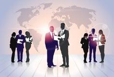 De Omslagen van het de Greepdocument van bedrijfsmensenteam crowd silhouette businesspeople group over Wereldkaart Stock Afbeeldingen