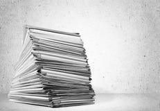 De omslagen van het stapeldossier met documenten stock foto