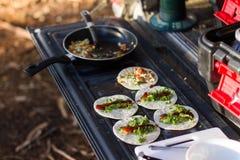 De Omslagen van ontbijtomlette op Autolaadklep Stock Foto's