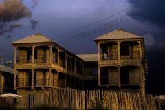 De onafgewerkte bouw met donkere hierboven wolken Royalty-vrije Stock Foto