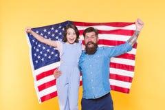 De onafhankelijkheid is geluk Patriottische vrolijk en vriendschappelijke familie De vakantie van de onafhankelijkheidsdag Hoe Am stock afbeeldingen