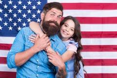 De onafhankelijkheid is geluk De vakantie van de onafhankelijkheidsdag Vader Amerikaanse gebaarde hipster en leuk weinig dochter  royalty-vrije stock afbeelding