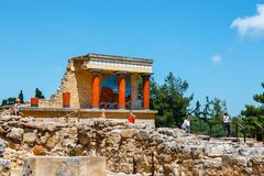 De onbekende mensen bezoeken oude ruïnes van beroemd Minoan-paleis van Knossos, het Eiland van Kreta, Griekenland stock foto