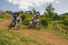 De onbekende motorracers overwint motocrossspoor stock foto