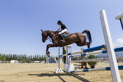 De onbekende ruiter op een paard tijdens de concurrentie past rond het berijden aan Royalty-vrije Stock Afbeelding