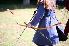 De onbekende strijdersmeisjes op een historisch middeleeuws gevecht tonen Royalty-vrije Stock Afbeeldingen