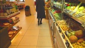 De onbekende vrouwelijke klant kiest groenten bij de supermarkt royalty-vrije stock afbeeldingen