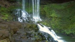 De onderbreking die van waterstromen op keien tot cascade leiden stock videobeelden