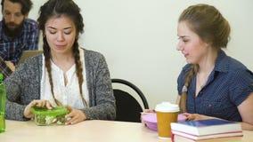 De onderbreking van het schooldiner gezond het eten studentendieet stock footage
