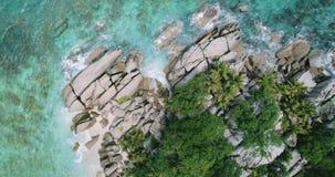 De onderbreking van Weergevengolven op eiland tropisch strand met langzame omhoog motie Overzeese golven op het mooie eiland Seyc stock videobeelden
