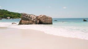 De onderbreking van Weergevengolven op eilandstrand bij zonsondergang Overzeese golven op het mooie eiland het Strand van 59,94 f stock video