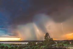 De onderbrekingen van een onweersregen over Ayamonte, Andalucia Spanje stock afbeeldingen