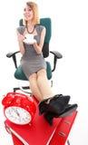 De onderbrekingsonderneemster van het vrouwenwerk het ontspannen benen op overvloed van doc. Stock Fotografie