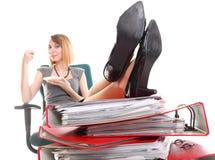 De onderbrekingsonderneemster van het vrouwenwerk het ontspannen benen op overvloed van doc. Stock Afbeeldingen