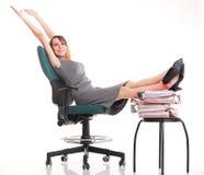 De onderbrekingsonderneemster van het vrouwenwerk het ontspannen benen op overvloed van doc. Royalty-vrije Stock Afbeelding