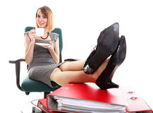De onderbrekingsonderneemster van het vrouwenwerk het ontspannen benen op overvloed van doc. Royalty-vrije Stock Afbeeldingen