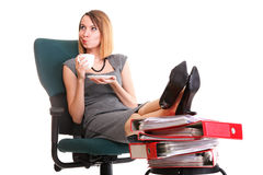 De onderbrekingsonderneemster van het vrouwenwerk het ontspannen benen op overvloed van doc. Stock Foto