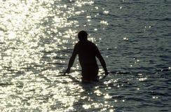 Middagonderdompeling in de oceaan in Hawaï Royalty-vrije Stock Foto's