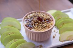 De Onderdompeling van karamelapple met noten, karamelvulling en verse appelplakken stock afbeeldingen