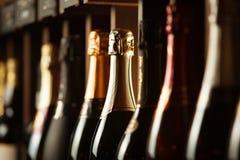 De ondergrondse kelder met elite mousserende wijn op planken, sluit omhoog horizontale foto stock afbeeldingen
