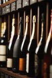 De ondergrondse kelder met elite mousserende wijn op planken, sluit omhoog verticale foto royalty-vrije stock foto's