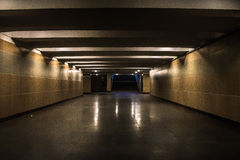 De ondergrondse passage verlichtte 's nachts lichte lampen Stock Foto