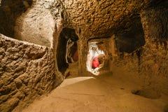 De ondergrondse stad van Derinkuyu is een oude holstad op verscheidene niveaus in Cappadocia, Turkije royalty-vrije stock afbeelding