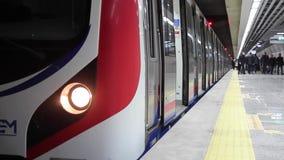 De ondergrondse treineinden bij een platform en de passagiers gaan van uit stock footage
