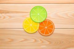 De onderleggers voor glazen ontwerpen voor de kop in vorm van oranje plakken Stock Afbeeldingen