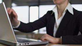 De onderneemster beëindigt het werk aangaande laptop, carrière en werkgelegenheidsconcept, close-up stock footage