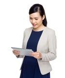 De onderneemster bekijkt digitale tablet royalty-vrije stock afbeelding