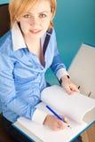 De onderneemster controleert de documenten in een omslag Stock Afbeelding