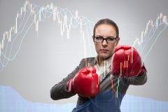 De onderneemster in de concurrentieconcept met het in dozen doen Stock Foto