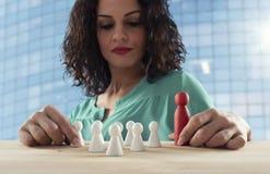 De onderneemster denkt over de strategie van bedrijfteam stock afbeelding