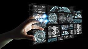 De onderneemster die de digitale schermen met 3D hologrammendatas met behulp van trekt uit Royalty-vrije Stock Fotografie
