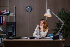 De onderneemster die in het bureau voor lange uren blijven Royalty-vrije Stock Foto's