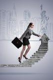 De onderneemster die het concept van de carrièreladder beklimmen Royalty-vrije Stock Foto