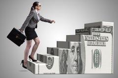 De onderneemster die het concept van de dollarladder beklimmen Royalty-vrije Stock Afbeelding