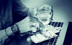 De onderneemster drinkt drugs, spanning, vermoeid probleem, ongelukkige tablet, zenuwen, overdosis Stock Foto