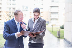 De onderneemster en de zakenman maken een overeenkomst openlucht Royalty-vrije Stock Foto